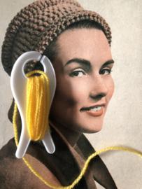 Breien | Vintage wit breivisje Jonco. De Jong & Co.  met geel garen |  8 cm - jaren '60