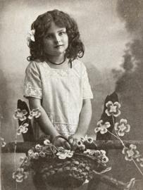 1908 | Nederland | Lief meisje met mandje vol bloemen ? zwart-wit fotokaart