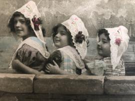 1920 | Frankrijk | 3 zusjes met kanten mutsjes in klederdracht