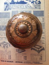 Nederland | houten hand gegraveerd doosje met 12 gehaakte kleedjes/onderzetters | ca. 1900-1920