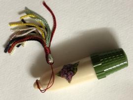 Naaldenkoker | Early Plastic | Naaldenkoker met groen vingerhoedje ca. 1930-1950