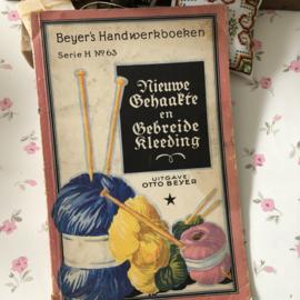 VERKOCHT | 1920 | Boeken | Handwerken | Beyer's Handwerkboeken Serie H N° 63 - Nieuwe Gehaakte en gebreide kleeding - Otto Beyer met 34 afbeeldingen en een bijvoegsel met knippatronen