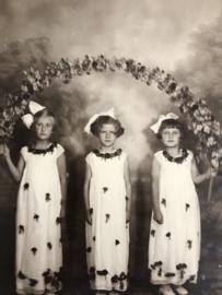 Foto's | Meisjes | Drie mooie kleine meisjes -  Fotografisch Atelier Voorburg Rudolf Domerghi ca. 1946