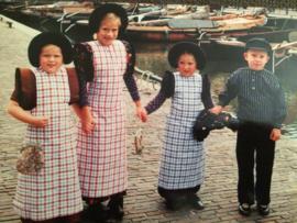 Nederland | Spakenburg - kleine kinderen in Spakenburgs kostuum