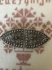 Gespen | Ovaal | Zilver | Verzilverde mantelhaken met filigraan en bloemmotiefje en knopjes - streekdracht Friesland