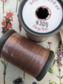 9305- Garen | Mölnlycke Sytrad Göteborg | licht oud-roze  - 300 meter | 328 Yard Yarn 100% polyester naaigaren klosje 3 x 3 cm | Vintage - wit label