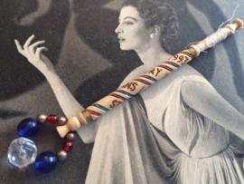 1993 - 18 september - Houten kantklosje Alban Lacemakers' Lace Day St. Albans | Blauw, rood en goud