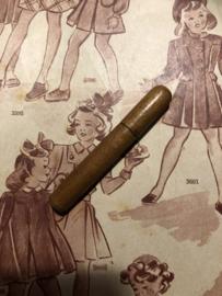 VERKOCHT   Naaldenkoker   Hout    Houten (eiken) naaldenkoker (klein formaat) - 1900-1920