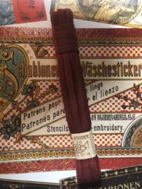 Band   Rood   Bordeaux rood antiek Frans borduurlint RBC 'Lacet a Broder' pon 70 - coloris no. 15  - ca. 1900-1910