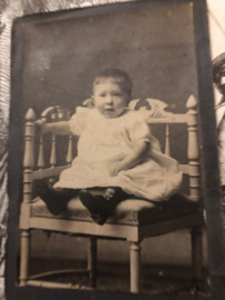 Foto   Baby's   Hoekstoel met baby met jurkje - Leeuwarden ca. 1900