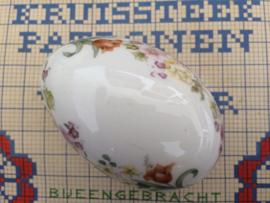 """Mooi vintage ei-vormig keramieken wit doosje met bloemetjes  """"Wedgewood"""" Made in England"""