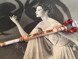 2000 - 1 januari  - Houten kantklosje The Millenium St. Albans | Rood en wit