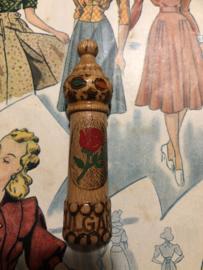 Naaldenkoker | Houten (grenen - gelakt) naaldenkoker met rood roosje - Bulgaria   - 1950-1970