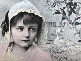 Nederland | Zeeland  | Streekdracht | Klederdracht | Fotokaart | 1904 - Meisje met mutsje met oorijzers ingetekend met ganzen & lelies