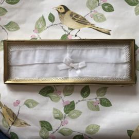 Zwitserland | Beelschoon wit zakdoekje met geklost kant | jaren '60