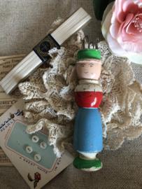 Breien | Punnikpoppetje | Blauw | Antiek sleets poppetje 'Suzanna'  uit Frankrijk '20