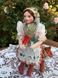 Hongarije | Klederdracht | Schitterend vintage popje met papier-maché hoofdje  en stoffen beentjes  '50s 'Caligenia'