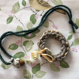 Armband en ketting van wol 'eikeltje'