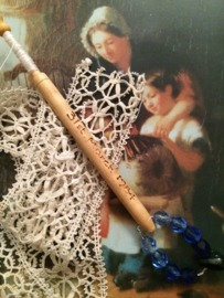 1984 - 31 Maret, Houten kantklosje Alban Lacemakers' Lace Day St. Albans | Blauw