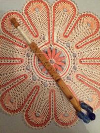 Zeer bijzonder oud kantklosje met Japans teken en kralen - bamboe | Lace Bobbin Turned Treen Beads Spangles Pillow Lace with Japanese inscription | ca. 1900-1950