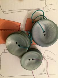 Knopen | Zilver - lichtblauwe gloed metalic 34 mm schoteltje twee gaatjes