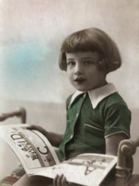 België | Briefkaart | Fotokaart - ingekleurd | Meisje met groene blouse en ABC boekje lezend