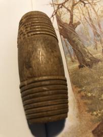 Naaldenkoker | Hout | Houten (eikenhout) cilindervormige naaldenkoker  in de vorm van een tonnetje Mauchline Ware  - 1800-1910