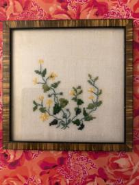 Schilderijen | Bloemen - Geborduurde gele veldbloemetjes met houten lijstje | jaren '50