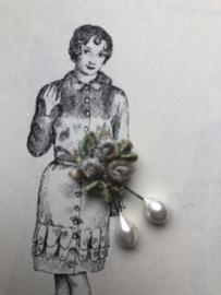 VERKOCHT | Fournituren | Wit | Applicaties | Antiek stoffen roze roosje, mini corsage met twee kleine pareltjes (3 x 1 cm)