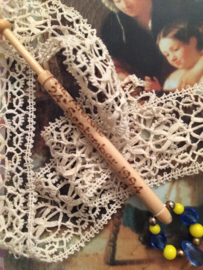 1994 - 24th September Houten kantklosje Alban Lacemakers' Lace Day St. Albans | blauw en geel