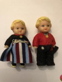 VERKOCHT | Twee lieve gummi poppetjes 'Bert en Bertha' in Volendamse klederdracht  | jaren '30