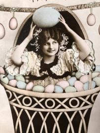 Briefkaarten | Pasen | 'Joyeuses  Paques' R 1374/4 P. Vrolijke vrouw in een mand met Paaseieren (1900-1910)