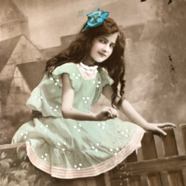 Frankrijk | Pasen | 'Joyeuses  Paques' EAS 1344: Meisje een kippenfamilie in een groen jurkje-  (ca. 1900-1910)