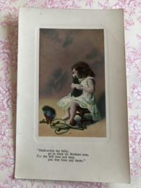 Engeland | Post Card |  Foto glanskaart (ingekleurd) 'Meisje met klein poesje en speelgoed en slaapliedje
