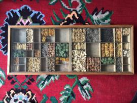 Unieke letterbak lade met glasplaat en droogbloemen