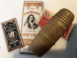 Naaldenkoker | Houten (eiken) cilindervormige naaldenkoker van gevuld met speldjes in de vorm van een tonnetje - 1800-1910