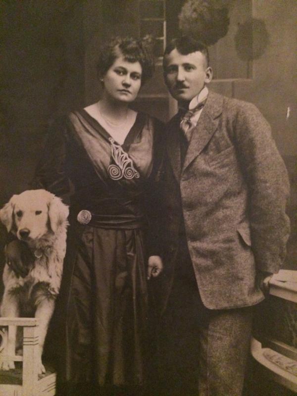 Foto's | Stelletjes | 1940-1945 - Oude portretfoto van een Berlijns echtpaar met hond