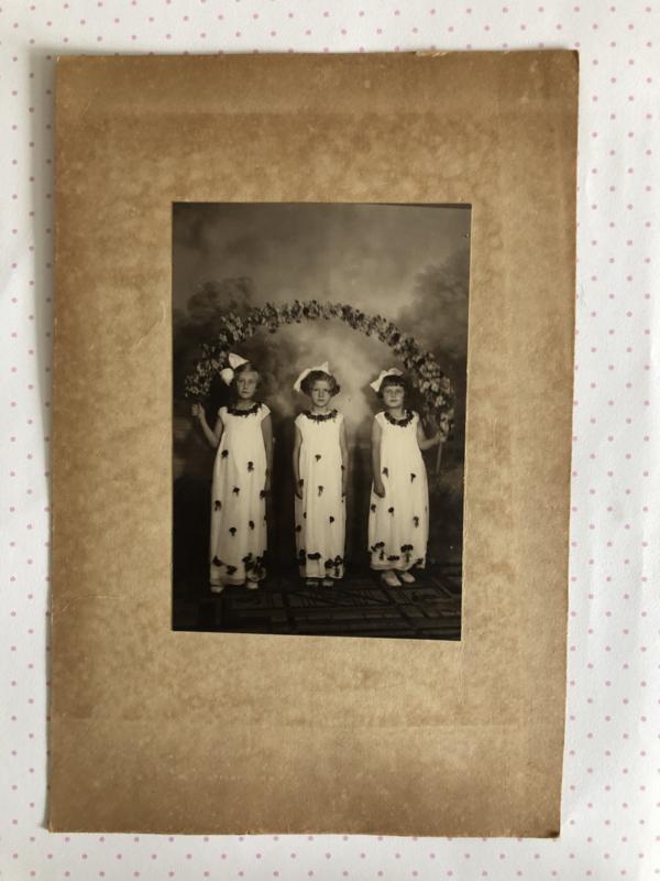 Foto's | Drie mooie kleine meisjes  Fotografisch Atelier Voorburg Rudolf Domerghi ca. 1946