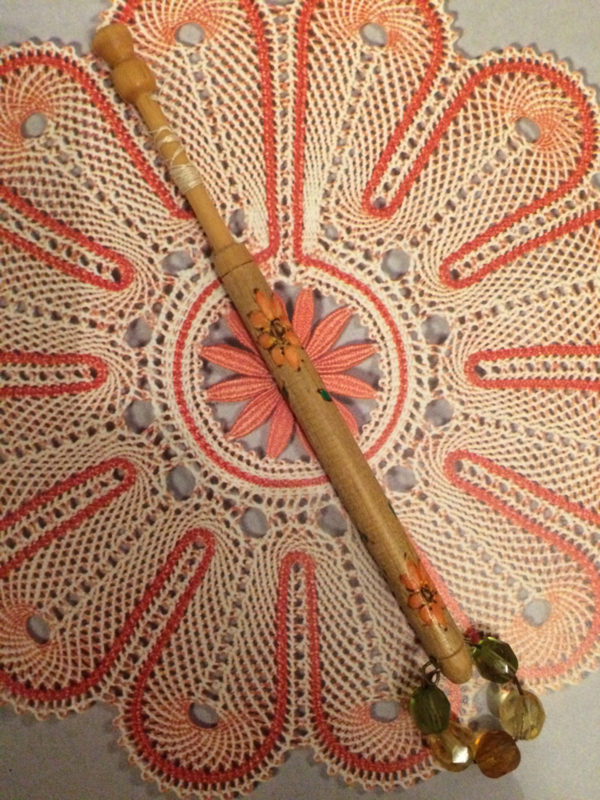 Kantklosje   Engels handbeschilderd met oranje bloemetje   jaren '70