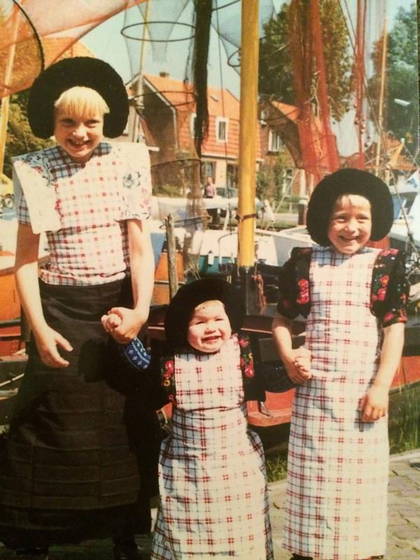 Nederland | Spakenburg - kleine meisjes in Spakenburgs kostuum
