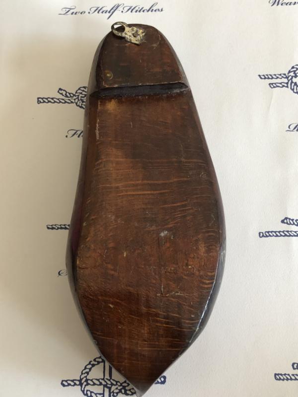 1900   Frankrijk   Antieke houten souvenir klomp met matroosje (sabot en bois Souvenir Bord de Mer)  Trouville Normandië - volkskunst