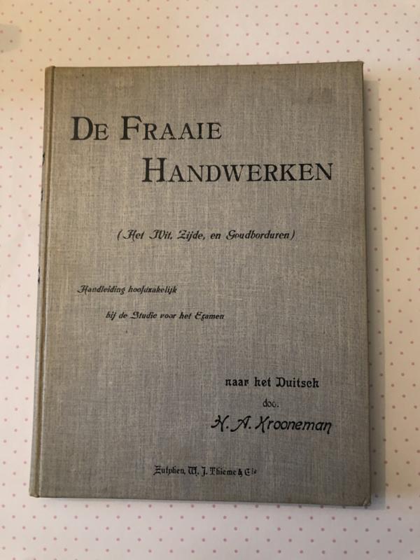 1900   De Fraaie Handwerken (Het Wit, Zijde, en goudborduren) naar het Duitsch door H.A. Krooneman   Zutphen W.J. Thieme & Cie. - Borduurtechnieken - Restauratie borduurwerken