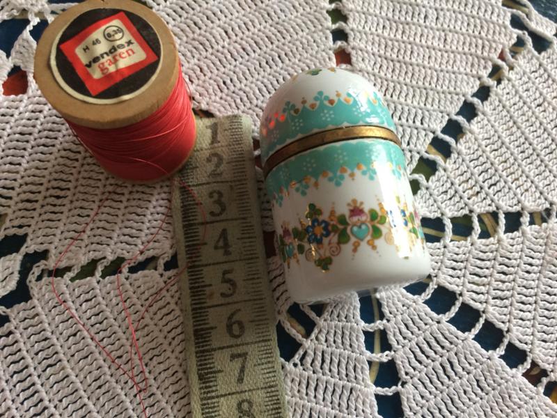 """Zeer bijzonder """"Steinböck"""" geëmailleerde  naaldenkoker met naaisetje   Made in Austria   1951-1955"""