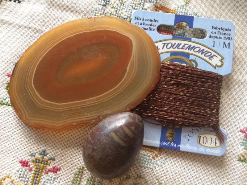 Klein bruin marmeren eitje met gratis plaatje edelsteen