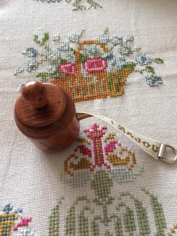 VERKOCHT | Kersenhouten Maison Sajou meetlint  in een tonnetje - ecru | Victoriaanse stijl