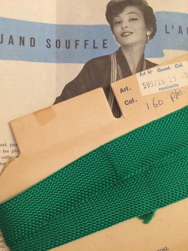 Vintage band   Groen op fourniturenkaart   zijdeachtig 2 cm ca, 1.25 meter