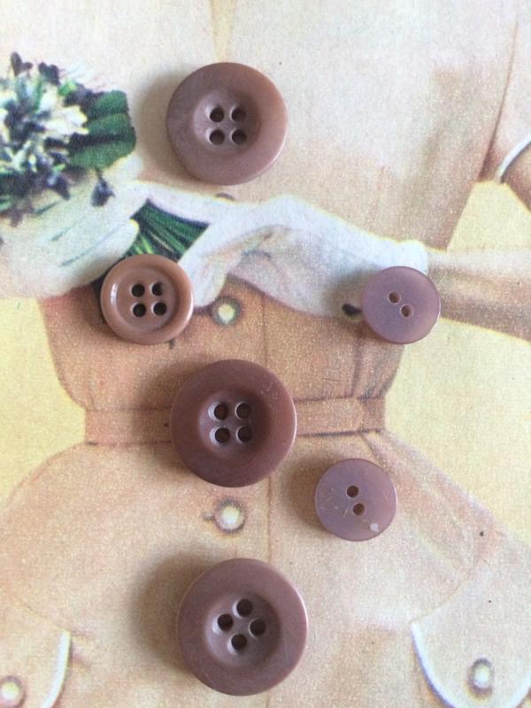 Espolite   Mix Taupé  5 - 14 mm   zakje met meerdere kleine plastic knoopjes twee en vier gaatjes     jaren '50