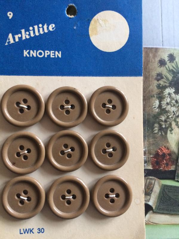 Arkilite | Beige- leger | knopenkaart  | 9 knoopjes | vier gaatjes 18  mm |  jaren '60