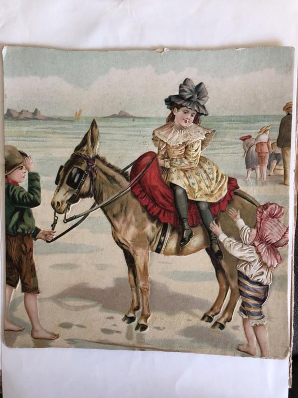 1895-1900   Victoriaanse reliëf karton kinderen op het strand met ezeltje