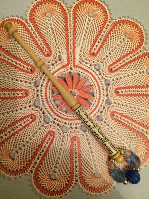 Kantklosje | Engels handbeschilderd met herdenkingstekst 21 years at Living Crafts David & Linda Stanley | Blauw
